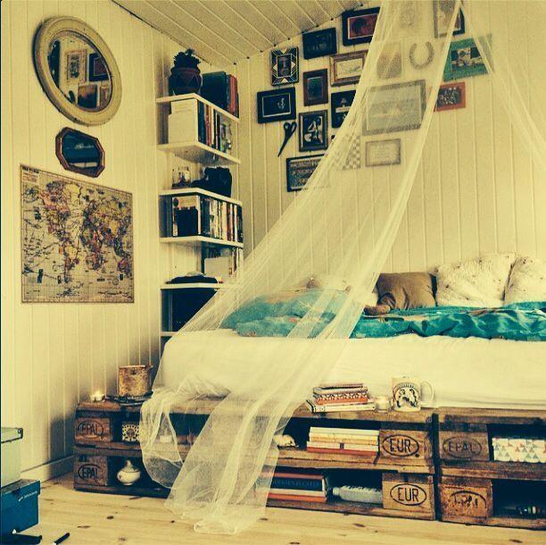 #camasdepaletes http://www.mostardela.com/12-camas-com-paletes-de-madeira-4268.html