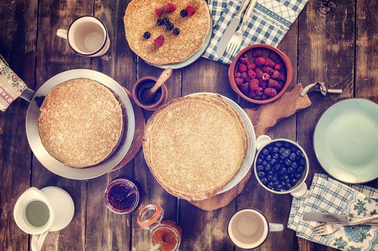 Pancake ai lamponi. Ingredienti (per 10 pancake): 220 gr di farina integrale o di farro, 350 ml di latte di riso, 30 gr di zucchero a velo, 100 gr di lamponi,1 cucchiaino di lievito per dolci, 1 cucchiaino di olio di semi di girasole. Mescolare con una frusta la farina, il latte, il lievito e lo zucchero a velo fino ad ottenere un composto omogeneo. Scaldare in una piccola padella un goccio di olio e versare un piccolo mestolo di composto;  cuocere 2 min per lato e servire con i lamponi.