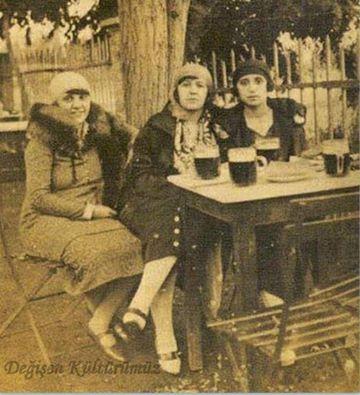 """Bomonti'de hanımların bira keyfi.  Bomonti denince akla zaten Bomonti Bira Bahçesi gelirdi hemen.  Bomonti'deki """"Bahçe"""" bira fabrikasının bahçesindeydi. Yaz aylarında burada küçük fıçılar içinde buzlu bira içilirdi. Ayrıca çevrede meze satan dükkanlar, manavlar ve seyyan satıcılar varadı. Bahçede tatil günlerinde müzik de çalınırdı. Ailece gelinen bir yerdi… Neşeli ve hoş saatler geçirilirdi bahçede."""""""