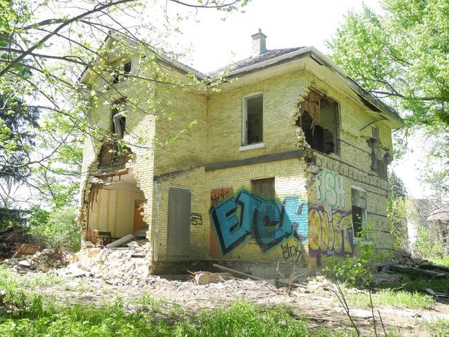 Down a long gravel driveway in the city's north end, an abandoned house and barn await urban explorers at Jeremiah's Field, a property once used for community gardens and programs. (JENNIFER BIEMAN, The London Free Press)