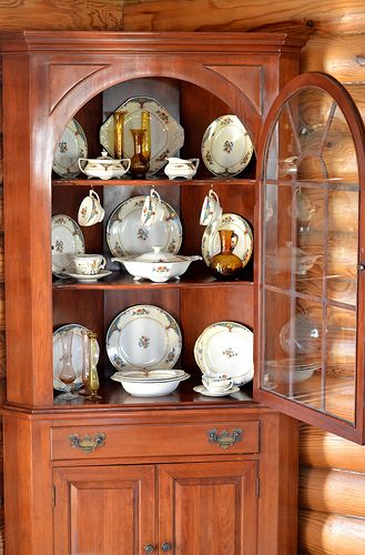 Willett Furniturecherry Corner China Cabinet With Cathedral Door