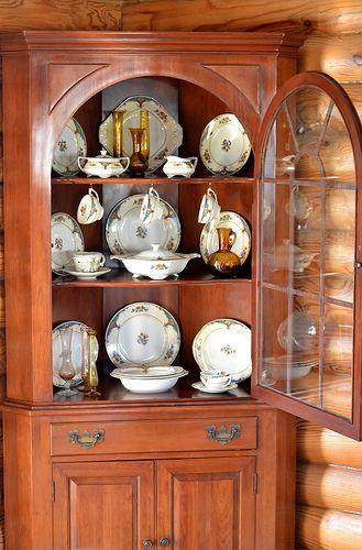 Willett Furniturecherry Corner China Cabinet With Cathedral Door