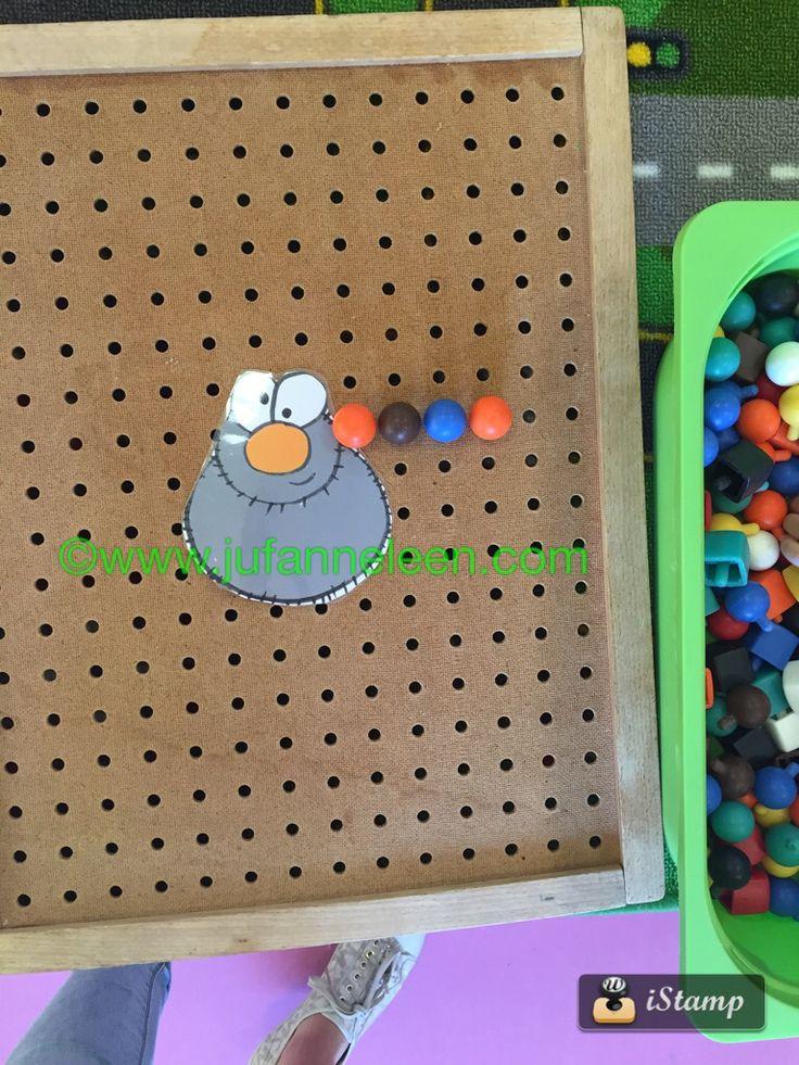 Peuters thema spinnen : spinnenpoten maken van steeknagels / pinborden