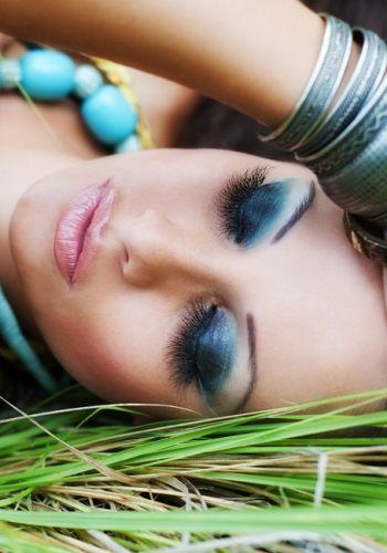 Pleoape in degrade de la bleu la bleumarin si buze roz pal, sidefat.