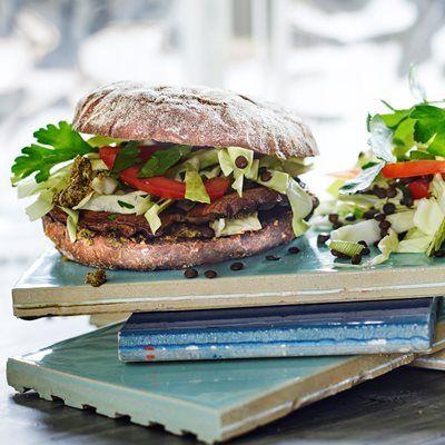 Miss Bagel fuldkorns burgerbolle hos Ret Nemt.  Grillet portobello burger med tomat-linsesalat - og pesto