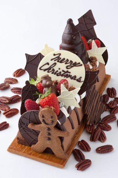 "The Peninsula Tokyo|ザ・ペニンシュラ東京クリスマス ログケーキ""ファミーユ"" サンタクロース型のチョコレートやスノーマン型のクッキー、ベリーなどのにぎやかなデコレーションは、ファミリーやパーティに最適!価格|8000円(28cm)予約期間|11月15日(火)~12月21日(水)受け渡し期間|12月22日(木)~25日(日)※数に限りがあるため、販売予定数に到達次第、販売が終了される場合があります販売店舗|ザ・ペニンシュラ東京B1F『ザ・ペニンシュラ ブティック&カフェ』"