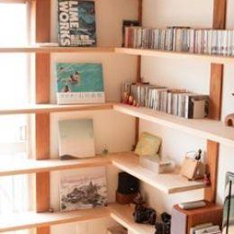 『矢来の家(減築)』過去の記憶や温もりを残す減築リフォームの部屋 本がインテリアになる固定棚
