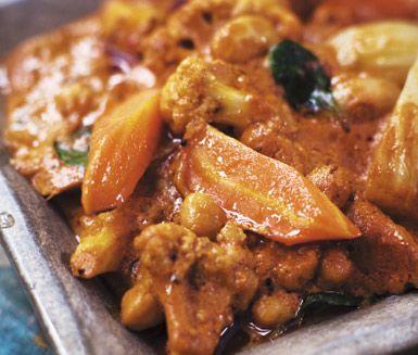 Tilltalande gryta med blomkål, fänkål, morot, bönor, kryddig tomatsås och kokosmjölk. Garnera grytan med hackad koriander. Bön- och fänkålsgryta både doftar och smakar av Indien.