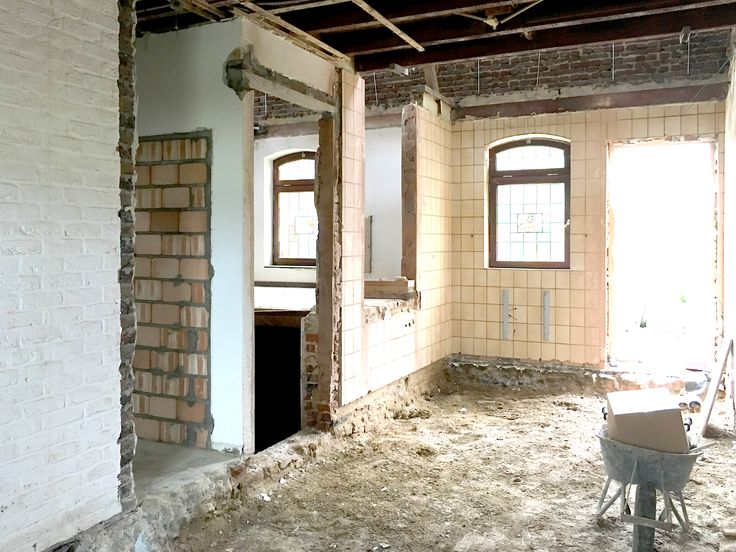 Uitvoering werkhuis, De ontvangst ruimte begint zich af te tekenen. De nieuwe doorgang naar de opkamer is gemaakt. projecten: http://www.denieuwecontext.nl/ #beton #interieur #licht #vide #poriso #boerderij #limburg #mariahoop #b&b #multiplex #wit #zwart #staal #maatwerk #vensterbank #choachruimte #zitkamer #haard #kachel #tuindeuren #slaapkamer #open #indusrieel #leefruimte #taatsdeuren #bouwen #verbouwing #woonhuis