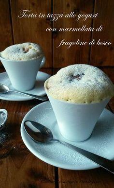 La torta in tazza allo yogurt con marmellata di fragoline di bosco è un dolce che si prepara in 5 minuti e che rimane molto soffice e profumato.