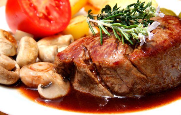Filetes de carne con salsa de hongos y vino tinto