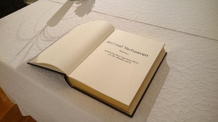 Regisseur Michael Verhoeven trug sich in das Goldene Buch der Stadt Rehau ein. Anschließend besuchte er den Hans-Vogt-Raum im alten Rathaus.