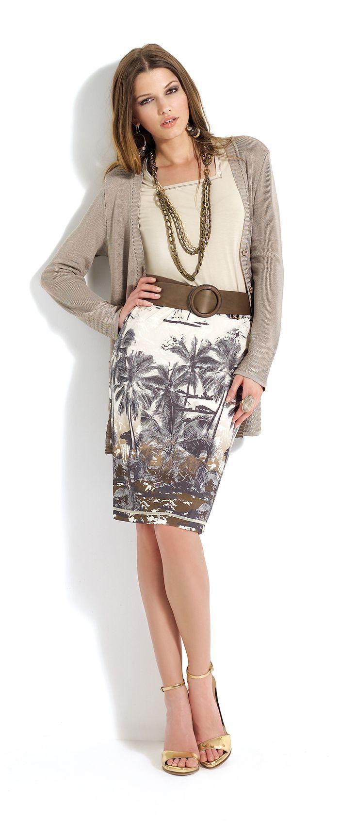 Falda con estampado de palmeras. Jersey beige y rebeca marrón claro. #skirt #pattern #brown #cardigan