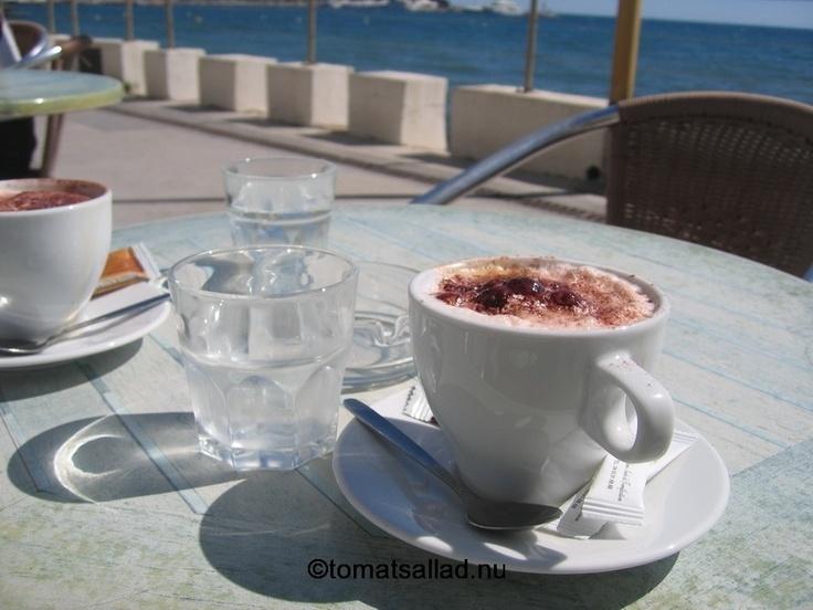 STARTA EGET COFFEE HOUSE: Kaffe med trevlig utsikt på Café de la Plage i Juan Les Pins. (Utsikten är bättre än kaffet). Läs mer om hur du startar ditt eget här http://tips-om.se/jobba-med-manniskor/starta-kaffebar
