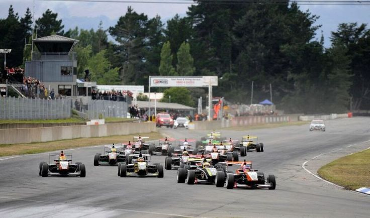 Habsburg Ferdinánd formulaautós karrierje első győzelmét aratta a Toyota Racing Series szezonnyitó futamán, majd egy második helyezéssel megkoronázva a hétvégét, bajnoki éllovasként távozhat a christchurchi Ruapuna Park versenypályáról. - Formula.hu - 2016-01-17
