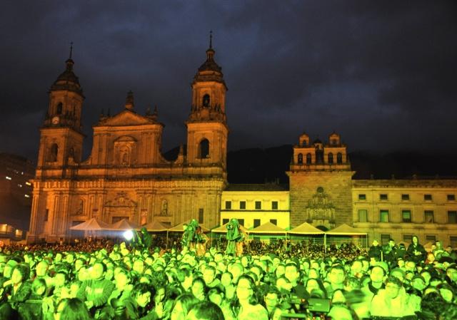 Al caer la noche, empapado pero feliz, el público disfrutó el homenaje a Lucho Bermudez en la Plaza de Bolívar. Foto: Natalia Gómez C. / EL TIEMPO