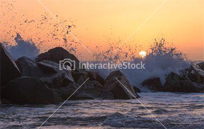 Zachód słońca i fale uderzające o skały #nature #landscape #wildness #pastels #goodmorning #interactivestock