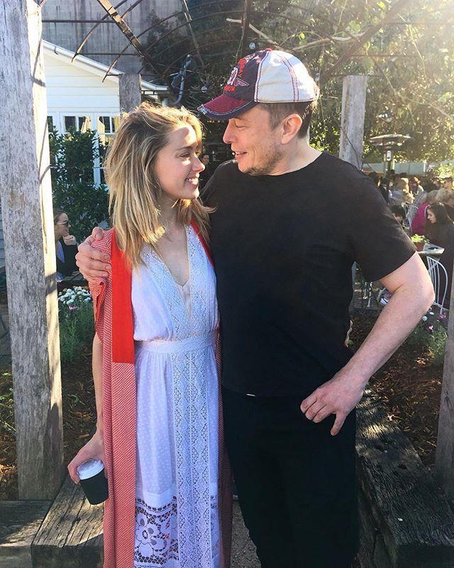 Amber Heard e Elon Musk hoje (23), em uma padaria de Queensland, Austrália! Como é bom ver ela feliz ❤️ — #AmberHeard #ElonMusk