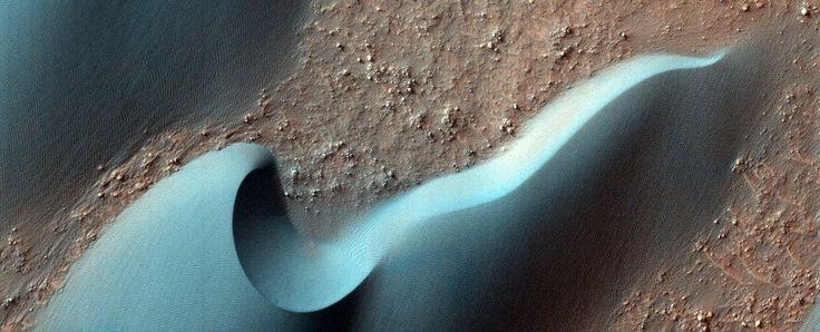 As fotos foram feitas pela sonda Mars Reconnaissance Orbiter (MRO), através das lentes da HiRISE, que, por dez anos, vem registrando imagens surpreendentes do ambiente marciano. A resolução é tão boa que os cientistas conseguem examinar a superfície do planeta como se estivessem a uma distãncia de poucos metros — isso inlcui as fotos da colisão da sonda europeia.