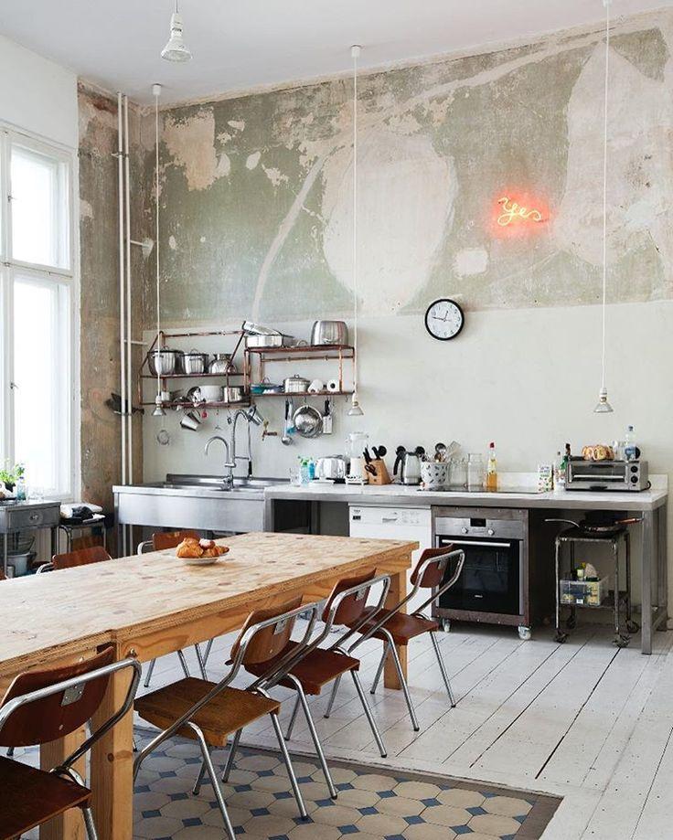 Rohe Wände und Edelstahl - in der berliner Küche des Fotografen Magnus Reed eine gute Kombination // via bobedrenorge