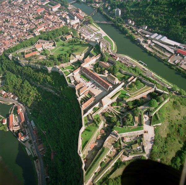 LA CITADELLE  Construite il y a plus de trois siècles par Vauban, la Citadelle de Besançon est considérée comme l'une des plus belles de France. Impressionnante et majestueuse, la Citadelle est aujourd'hui un haut lieu de culture et de tourisme. Elle est inscrite depuis juillet 2008 avec les fortifications de Vauban du centre ville et du quartier Battant sur la Liste du Patrimoine mondial de l'UNESCO.  http://www.citadelle.com/fr/