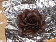 Vkládám sem opět jeden z mých postupů, tentokrát na růži z čokolády, moje růžička není dokonalá, ale...