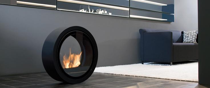 Niezależny w swojej formie, a jednocześnie przykuwający uwagę to Biokominek do toczenia Roll Fire. Dwie tafle szkła zamontowane po bokach czynią go całkowicie przezroczystym, co pozwala na delektowanie się widokami rozpościerającymi się za kominkiem w blasku mieniącego się ognia.