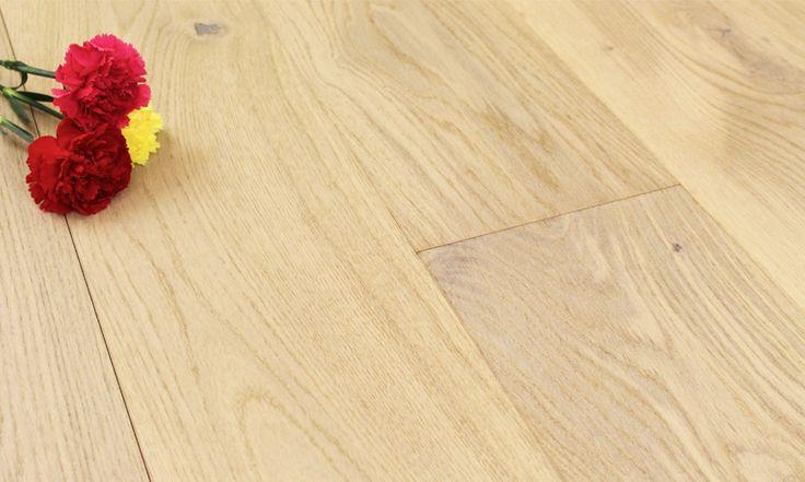 Parchet triplustratificat crem Stejar Creamy Piccolo Barlinek PROMO  Creamy Piccolo face parte din colectia Various de parchet triplustratificat crem, produsa de catre Barlinek. Acest model de parchet are culoarea crem, neutra predominanta pe toata suprafata lamelei de parchet triplustratificat crem. Pe suprafata lamlei de parchet se vor regasii mici noduri, specifice lemnului de stejar.