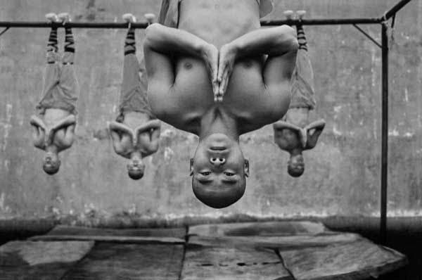 12 Photos of Shaolin Monks Performing the Impossible
