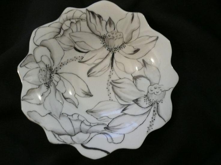 Coupelle, vide-poche en porcelaine peinte main, chantournée : motif noir sur blanc de fleurs et feuilles de lotus, filet platine : Meubles et rangements par pat-b