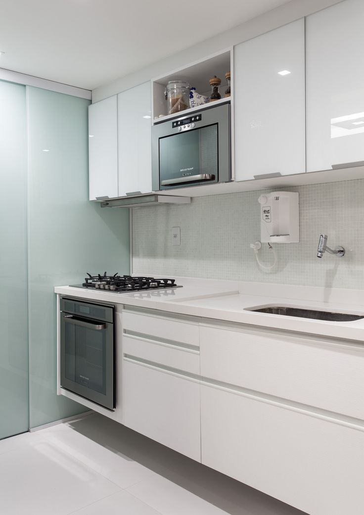 Decoração de: Cozinha integrada - armários brancos