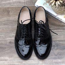 Estilo británico vintage negro de cuero japanned hechos a mano tallada zapatos de mujer zapatos de cuero genuino brockden cuero suave de tacón bajo(China (Mainland))