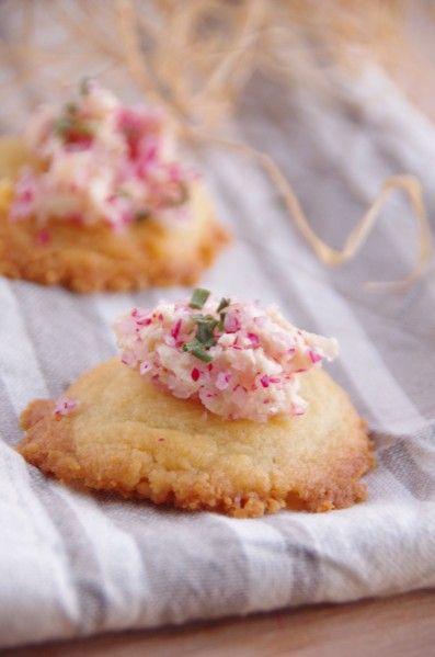 Vous le savez que je les aime ces recettes d'apéritifs!!!! Et qu'est ce que j'adore les radis, avec un peu de beurre ou juste du sel! Quand j'ai vu cette petite recette avec cette coiffe tel un cupcake hihih j'ai adoré! Sauf que je suis dans ma période...