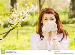 La rinitis alérgica estacional. Los síntomas más comunes son: congestión y picazón en la nariz, estornudos, mocos e inflamación de la mucosa nasal, tos. Estos síntomas suelen ir acompañados de picor ocular y de ojos llorosos y/o enrojecidos, lo que recibe el nombre de conjuntivitis alérgica. Si también presenta respiración sibilante y sensación de ahogo, es posible que su alergia se acabe convirtiendo en asma. www.greenlinesupplements.co/