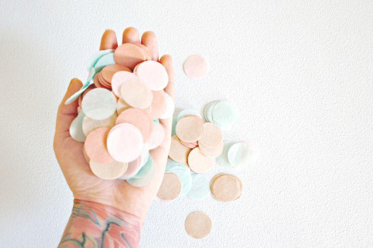 Confettis mariage, Blush biodégradable Dusty Rose or neutres et confettis de papier de soie de menthe Toss, décorations de fête, Decor de Table par pomtree sur Etsy https://www.etsy.com/fr/listing/257843427/confettis-mariage-blush-biodegradable