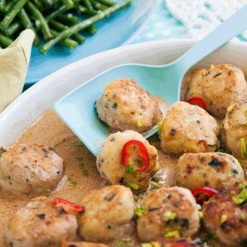 Asiatiska torskbollar i kokosmjölk med ingefärsrostade bönor - Recept - Tasteline.com