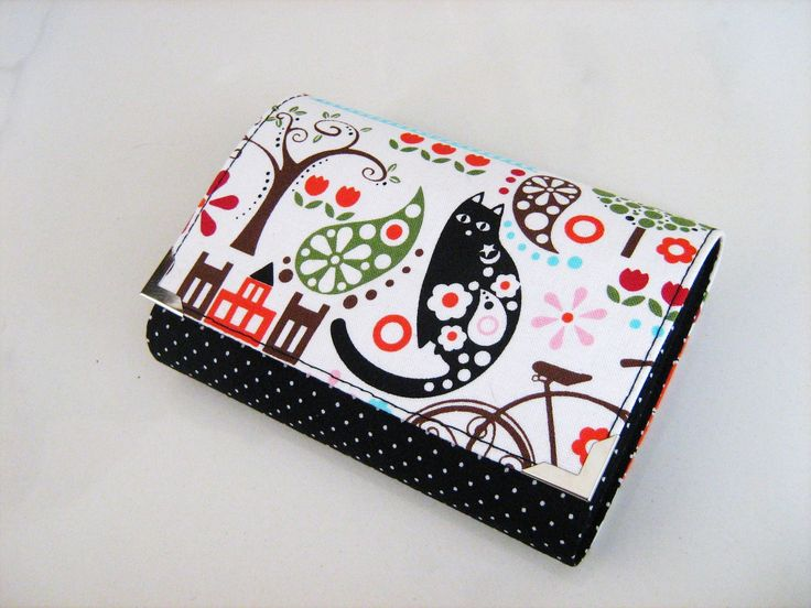 Jsem Kočka v Paříži - peněženka i na karty Tuto peněženku jsem ušila z krásné látky s pestrobarevnými obrázky, s ústředním motivem kočičky. Je zapínaná na magnetku, má 4 kapsičky na bankovky a doklady, jednu zipovou kapsičku na kovové mince a 2 větší samostatné kapsičky na karty - ale do jedné se vejde i více karet :-). Do zadní, pevnější kapsičky se krásně ...