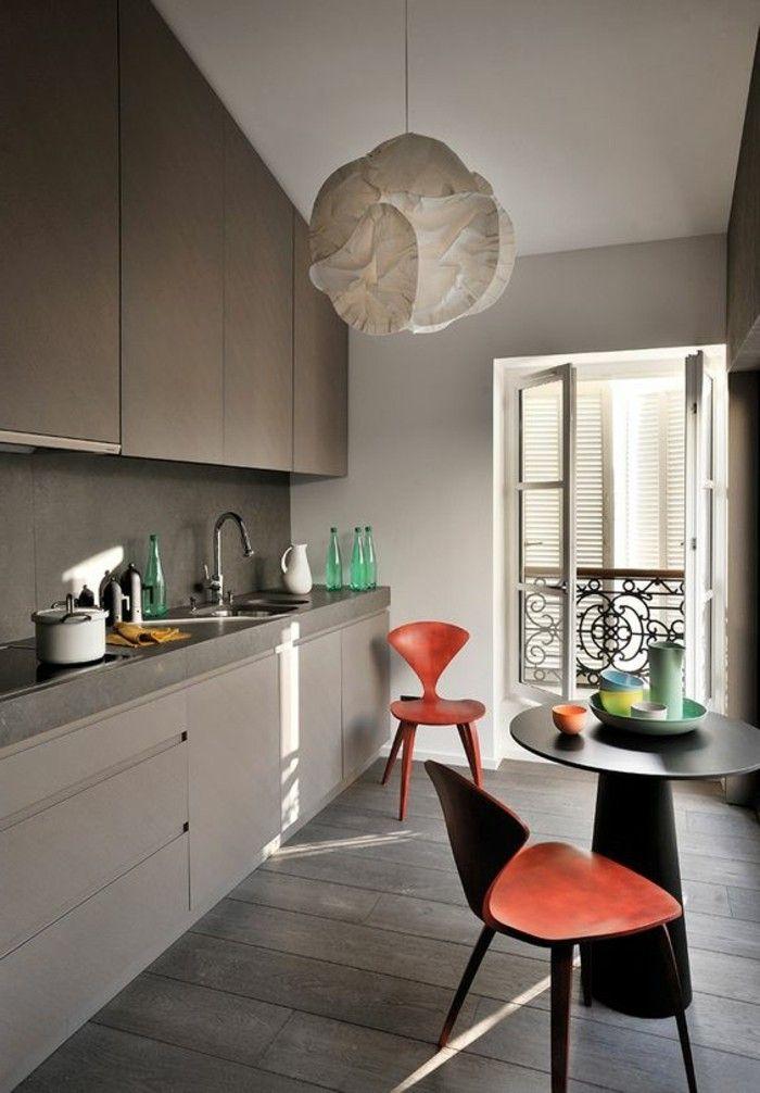 стул дизайн кухни, оригинальные красные стулья, серая мебель и небольшой круглый стол