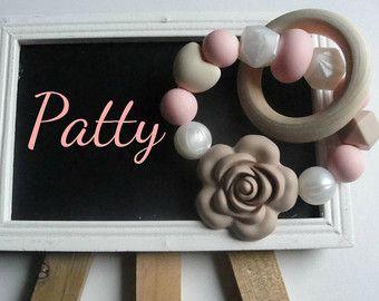 Articles similaires à Collier de dentition silicone pour maman - maman porte, bébé mâche - gris blanc rose -