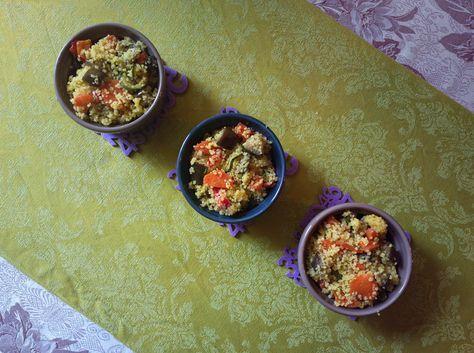 Il cous cous alle verdure croccanti e curcuma è un primo leggero e dai sapori mediterranei. E' sia vegetariano che vegano, quindi adatto a ogni esigenza.