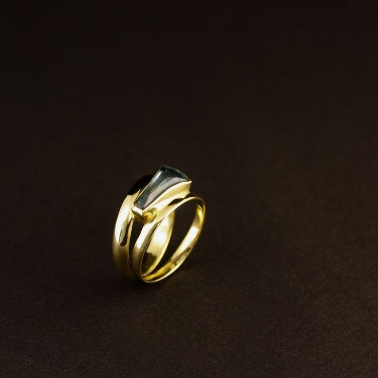 Gouden damesring met Aquamarijn, vervaardigd van 2 trouwringen #goudsmidmetpassie #herinneringen #omdatikjemis #herinneringssieraden