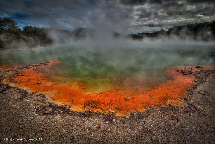 New Zealand : This is the Boiling crater of Wai-O-Tapu they call the Champagne Pool