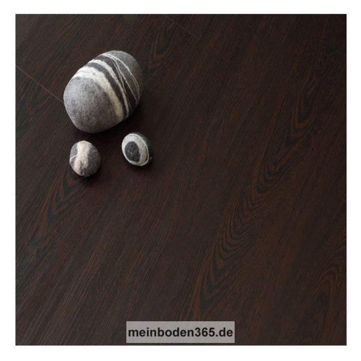 Das Vinyl Mainz in dem Dekor Wenge ist ein LVT Designboden mit einem 3-Schicht Aufbau und PVC Träger. Der Vinylboden hat eine Stärke von 5 mm, die Oberfläche ist eine Porenstruktur und besitzt eine Nutzschicht von 0,55 mm. Ein spezielles Klicksystem (LOC) verbindet die Dielen, welche zudem eine umlaufende Fase besitzen. Die Verlegung des Bodens erfolgt schwimmend auf einem festen Untergrund. Der Boden ist auch zu 100% recyclebar.