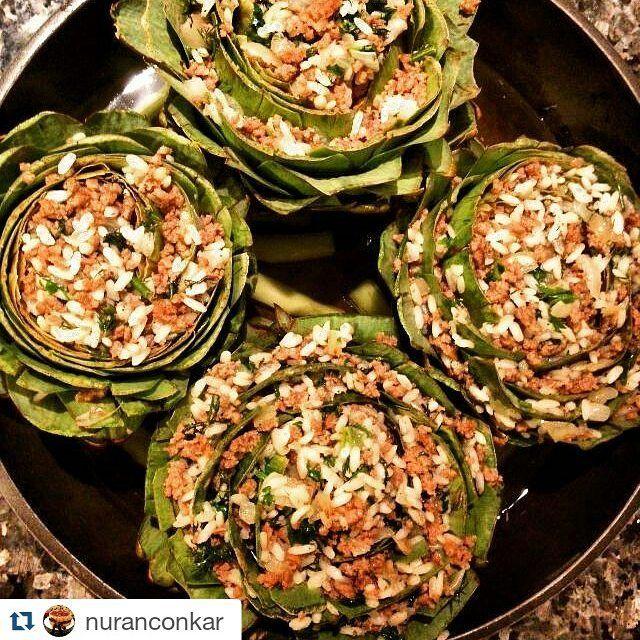 En güzel mutfak paylaşımları için kanalımıza abone olunuz. http://www.kadinika.com Gorselsahibi @nuranconkar with #Repost @nuranconkar with @repostapp Enginar Dolması Enginar sevmeyenler bir türlü bu faydalı sebzeye alışamayanlar bir de bu tarifi deneyin derim. Çocuklar bile severek yedi. Diğer enginar yemeklerinden çok farklı güzel bir tadı var. Malzemeler : 4 adet İzmir enginarı 400 gr. orta yağlı kıyma 1 soğan 1/2 su bardağı pirinç Bir tutam dereotu Bir tutam maydanoz Tuz karabiber k...