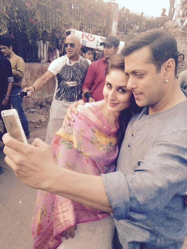 "Salman & Kareena pose for a selfie on ""Bajrangi Bhaijaan"" sets 2"
