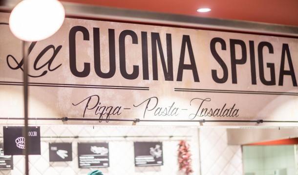Freuen Sie sich auf eine feine Mahlzeit, frisch zubereitet und sofort serviert. Darf es eine knusprige, ofenfrische Pizza sein? Ein Teller herrlich duftende Pasta? Als Vorspeise vielleicht einen knackigen Insalata oder eine Auswahl typisch italienischer Antipasti? Aber Attenzione, verpassen Sie ja nicht unsere verführerischen Dolci!