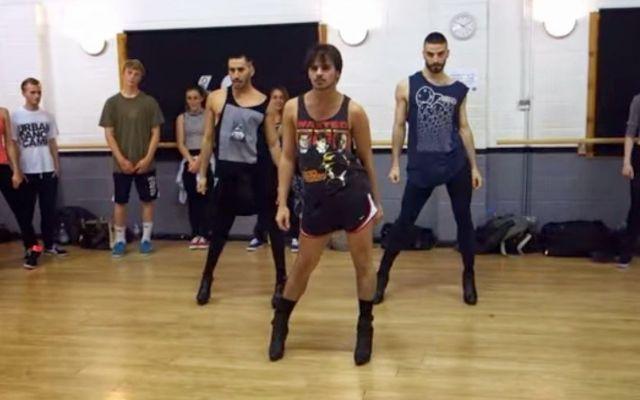 Ballano Beyoncé su vertiginosi tacchi alti, ma sono uomini. Scopri il video che ha fatto il giro del web. #yanismarshall #tacchi #uomini #beyoncé