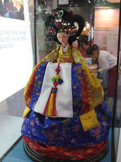 화려함이 돋보이는 궁중복식의 왕비 인형.  어여머리와 비단의상이 인상적입니다.