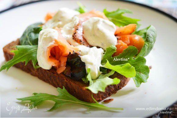 Сэндвич с копченой семгой и соусом айоли  Очень вкусный сэндвич с нежным, ароматным соусом. Такое блюдо можно подавать на завтрак и взять с собой на работу в качестве сытного перекуса. Угощайтесь! #готовимдома #едимдома #кулинария #домашняяеда #сэндвич #завтрак #ссобойка #семга #копченая #соус #айоли #вкусноисытно #закуска #перекус