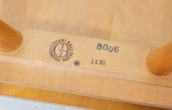 Belle table dextrémité Conant Ball conçu par lemblématique Russell Wright.  Construction de qualité, érable massif.  Peu dusure sur la surface en raison de lâge - aucune imperfection marques, éraflures ou bosses.  ** Pick Up à Chicago ** ** Message pour lexpédition, citation donnée est estimé **